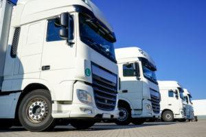 LKW-Zugmaschinen mit Anhänger stehen bereit zum Transport